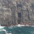 岩の切れ目に丸岩